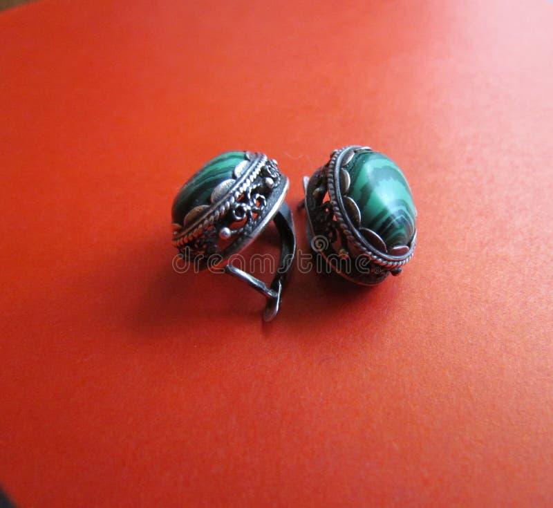 Boucles d'oreille de goujon de malachite image libre de droits