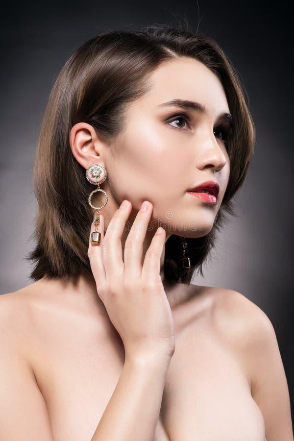 Boucles d'oreille de port de belle fille asiatique-caucasienne mélangée de course photos libres de droits