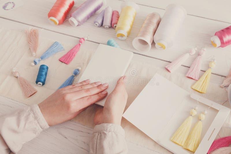 Boucles d'oreille faites main emballant, atelier à la maison photographie stock libre de droits