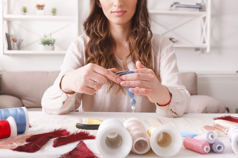 Boucles d'oreille faites main faisant, atelier à la maison photographie stock