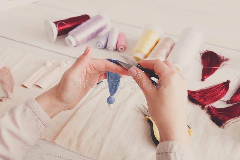Boucles d'oreille faites main faisant, atelier à la maison photo libre de droits