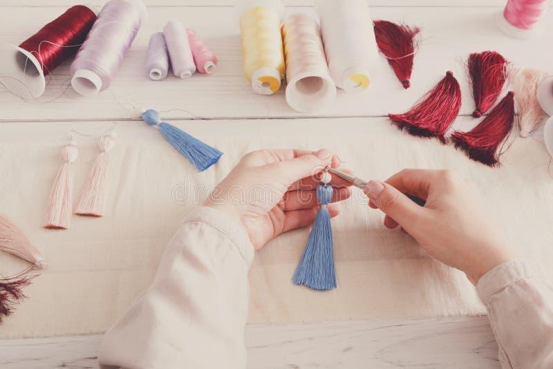 Boucles d'oreille faites main faisant, atelier à la maison photo stock