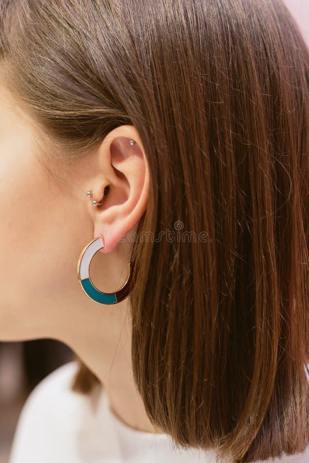 Boucles d'oreille ?l?gantes avec des coquilles photos libres de droits