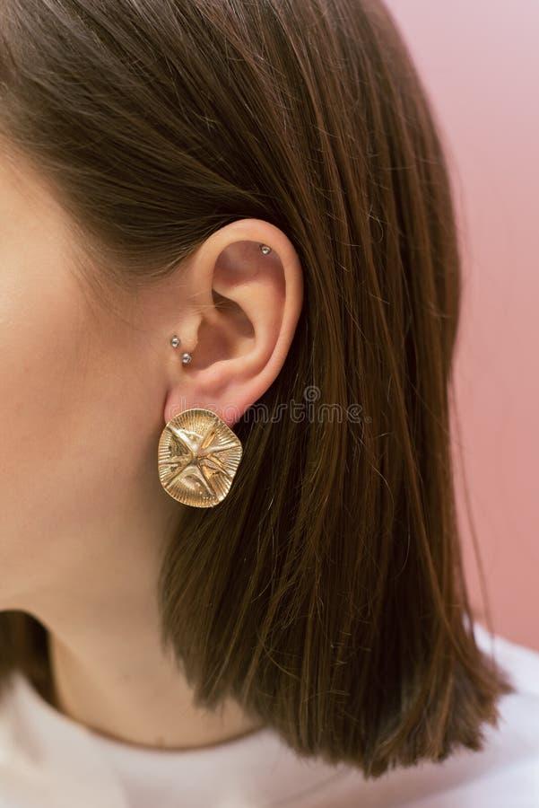 Boucles d'oreille sur le coup d'oreilles image stock