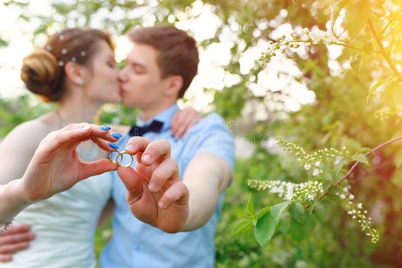 boucles de fixation de marié de mariée images libres de droits