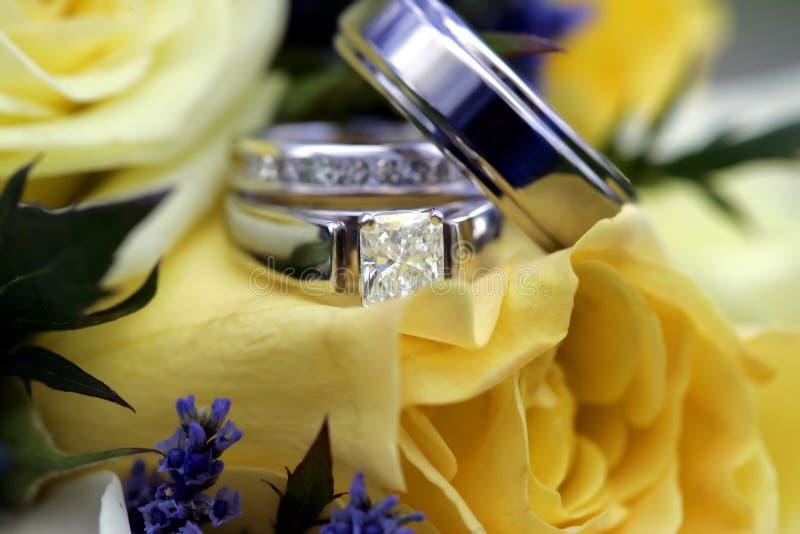 Boucles de mariage au-dessus de bouquet image libre de droits