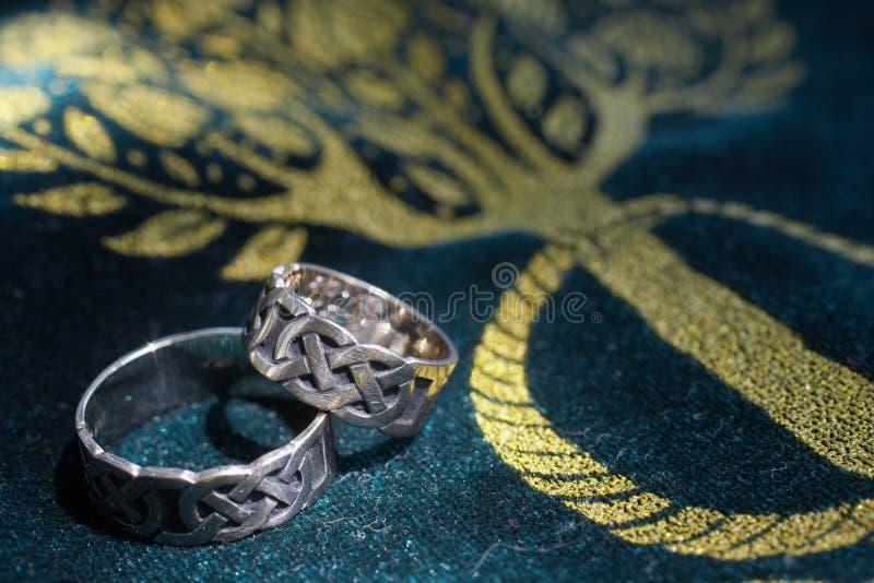 Boucles de mariage celtiques photos stock