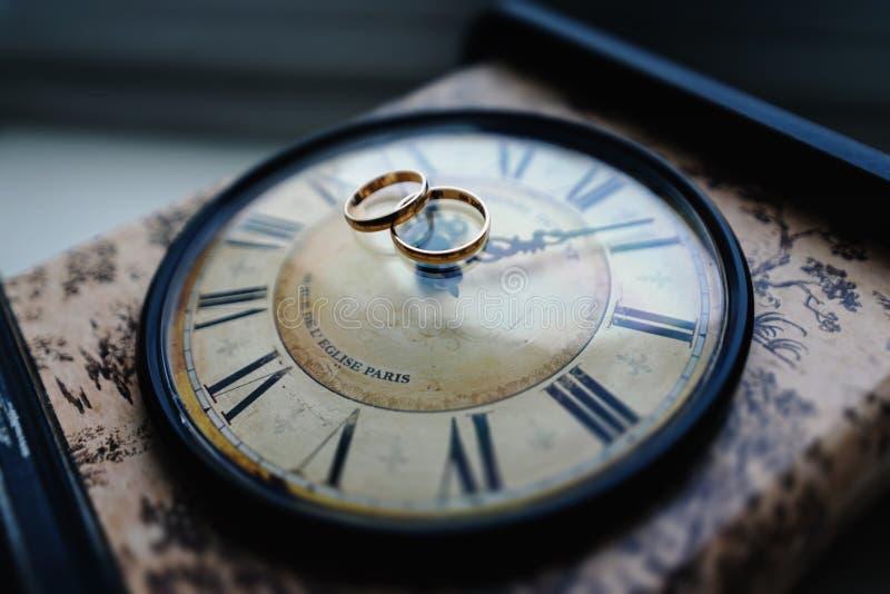 Boucles de mariage d'or stockfotografie