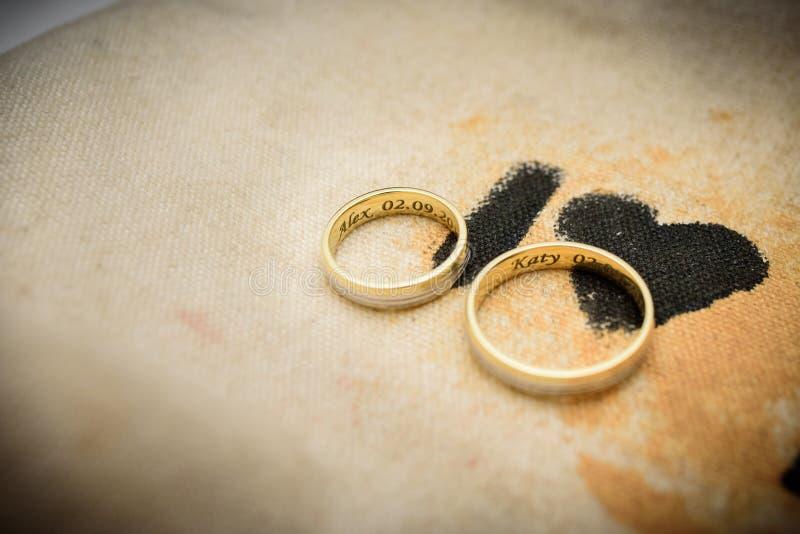 Boucles de mariage d'or Verhältnis, Verpflichtung, Liebe lizenzfreie stockfotos