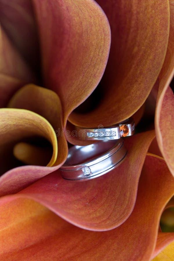 Boucles de mariage dans le bouquet photographie stock
