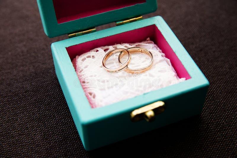 Boucles de mariage dans un cadre images stock