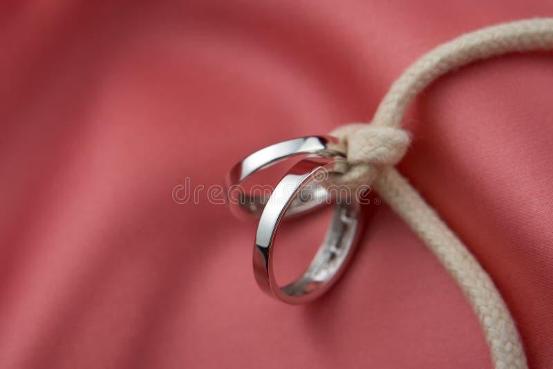 Boucles de mariage nouées images libres de droits