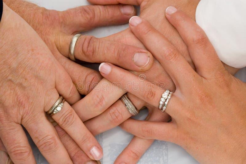 Boucles de mariage sur des mains photographie stock libre de droits