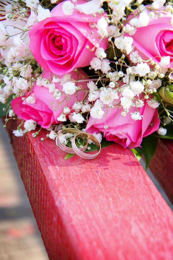 Boucles de mariage sur le fond images libres de droits