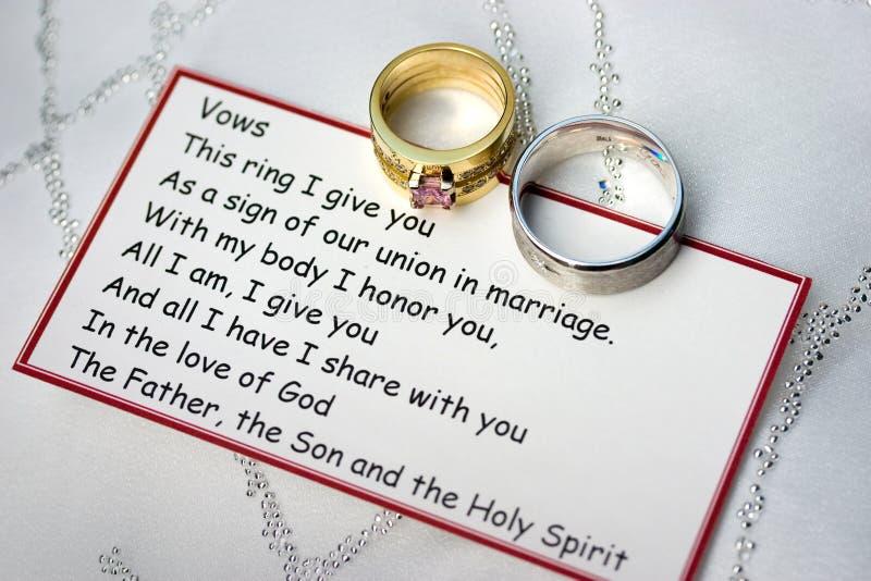 Boucles et voeux de mariage sur une carte photos stock