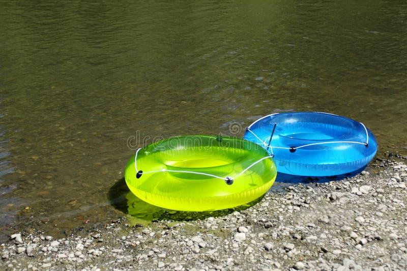 Boucles gonflables par le fleuve image stock