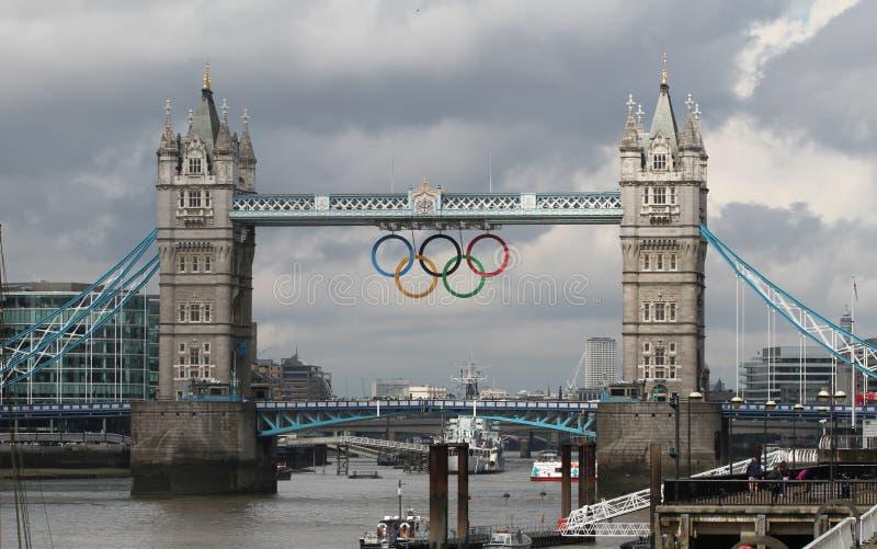 Boucles olympiques de passerelle de tour, Londres images stock