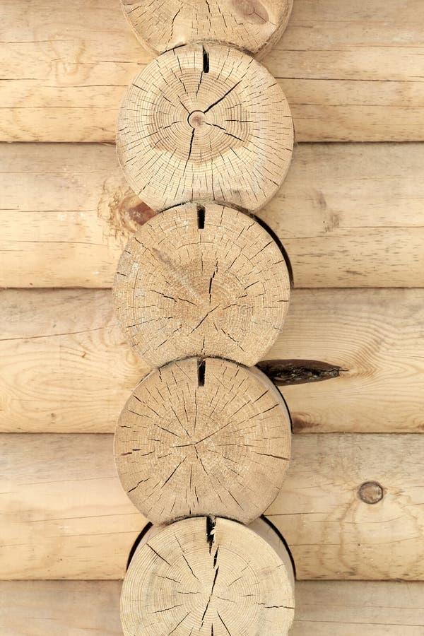 Bouclier avec un grand nombre de rondins en bois parallèles photographie stock