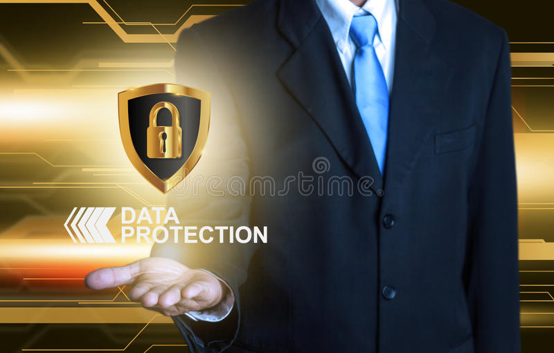 Bouclier de protection des données d'homme d'affaires photographie stock libre de droits
