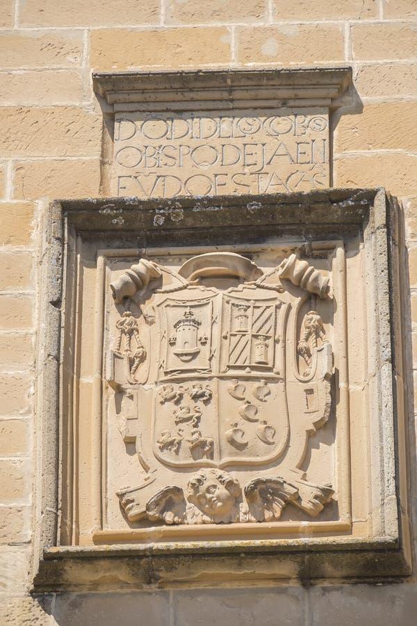 Bouclier en pierre sur la façade principale de l'hôpital De Santiago, Ube image libre de droits