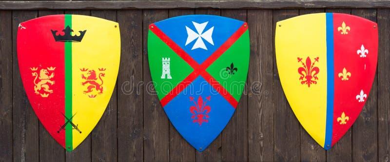 Boucliers avec les familles médiévales de familles de bannières illustration stock