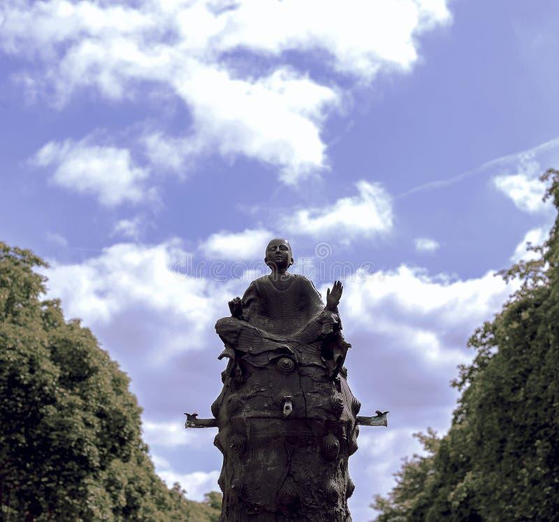 Bouddha à un arrière-plan dramatique de ciel images libres de droits