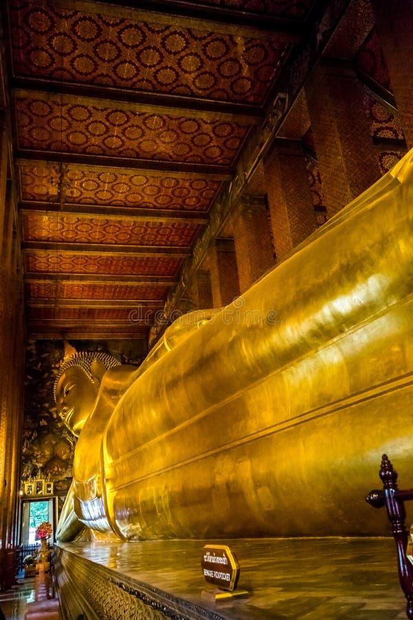 BOUDDHA ÉTENDU À WAT PO, BANGKOK THAÏLANDE photographie stock libre de droits