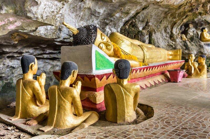 Bouddha étendu - caverne d'éléphant, Vang Vieng image libre de droits