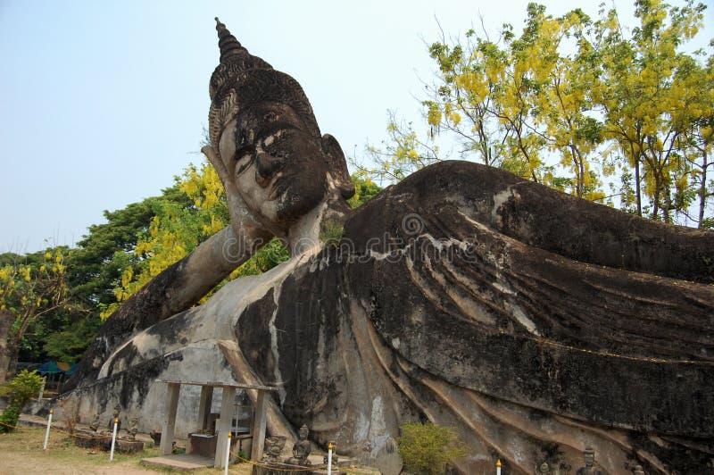 Bouddha étendu en parc de Bouddha photo libre de droits