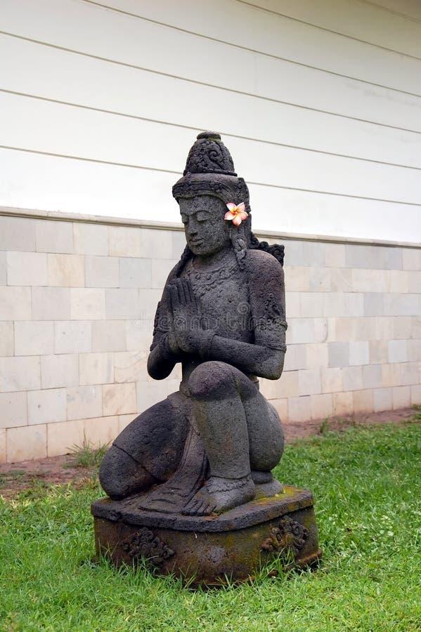 Bouddha antique décoré de la fleur de frangipani image stock