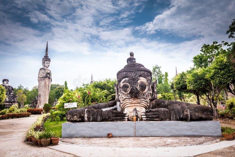 Bouddha antique en Sala Kaew Ku, temple thaïlandais dans salut photos libres de droits