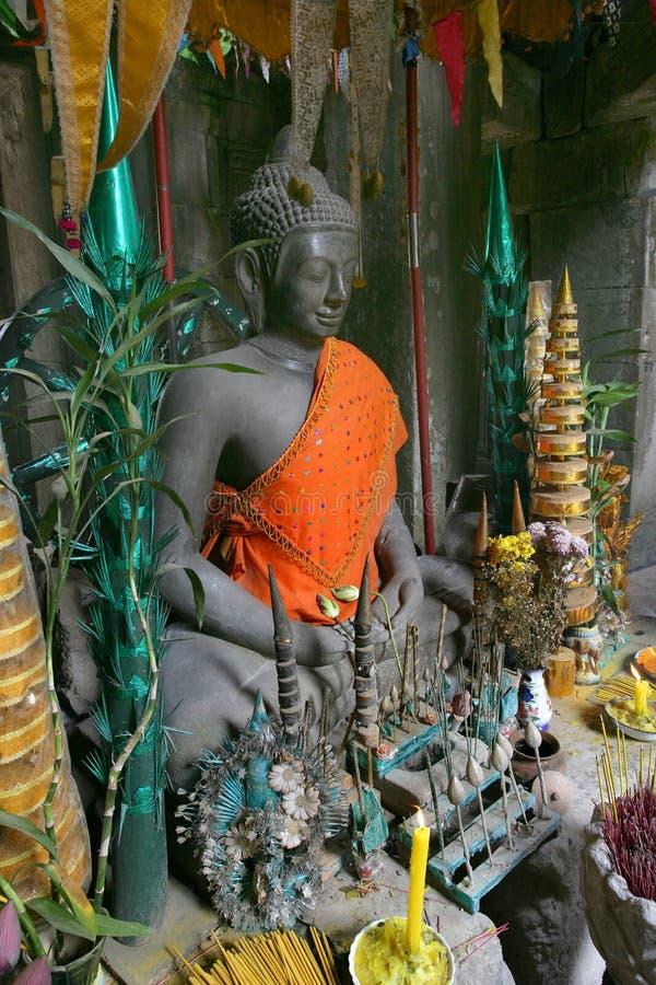 Bouddha avec des offres photos stock