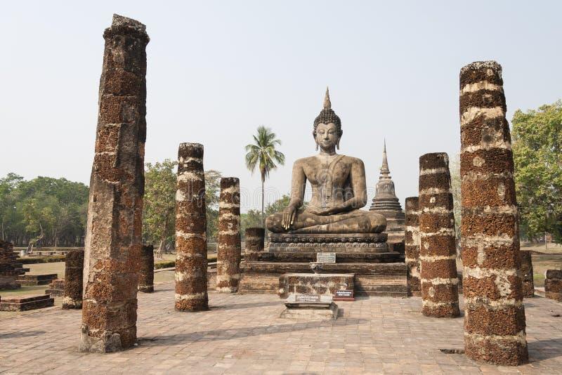 Bouddha avec les colonnes en pierre en Thaïlande photo stock