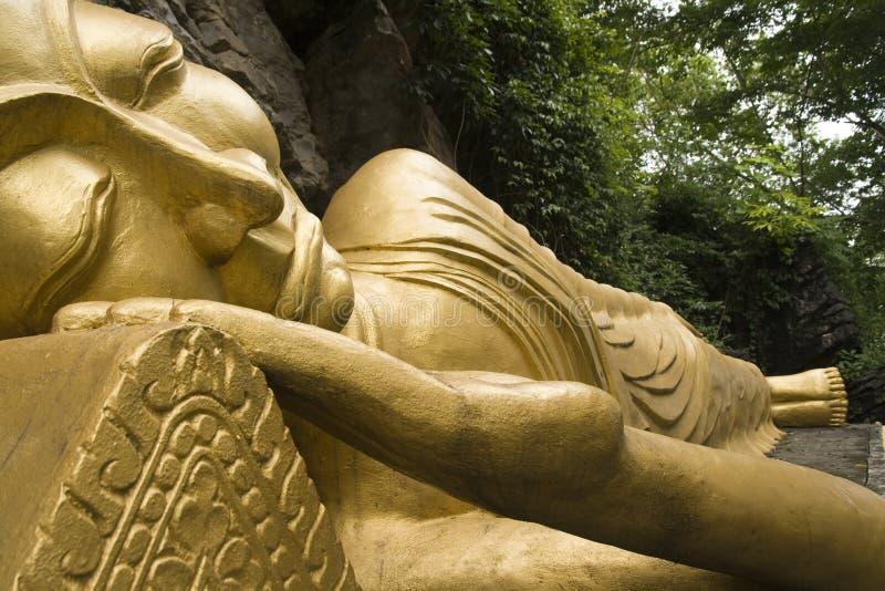 Bouddha d'or de sommeil photographie stock libre de droits