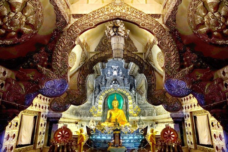 Bouddha dans le hall argenté chez Wat Si Suphan, Chiang Mai, Thaïlande photos libres de droits