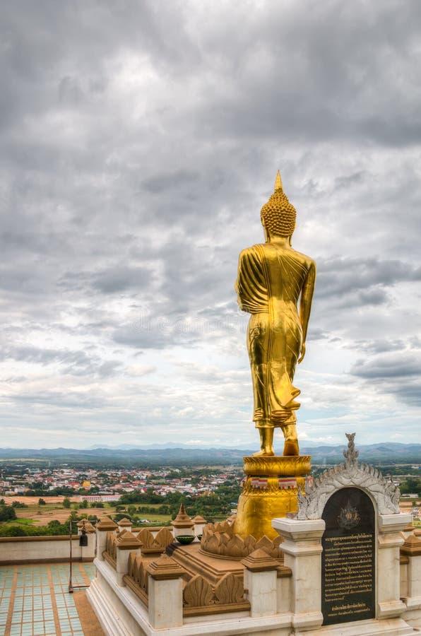 Bouddha de marche chez Wat Phra That Kao Noi, Thaïlande photos libres de droits