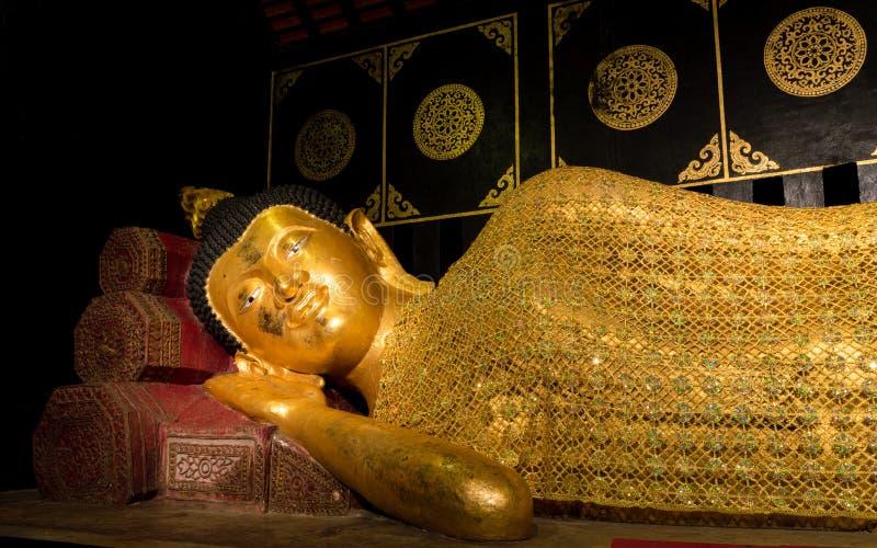 Bouddha de sommeil au temple de Chedi Luang, Chiangmai, Thaïlande images libres de droits