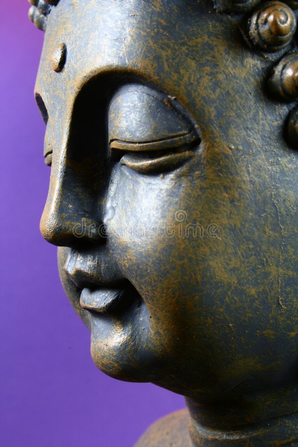 Bouddha devant la violette images libres de droits