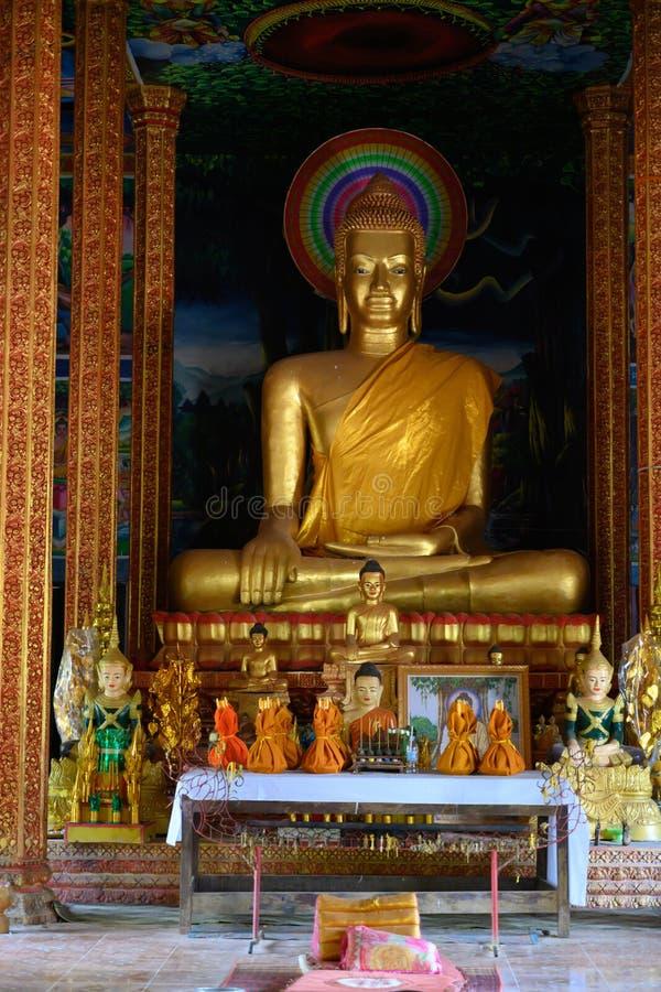 Bouddha et autel d'or dans le temple de monastry au Cambodge images libres de droits