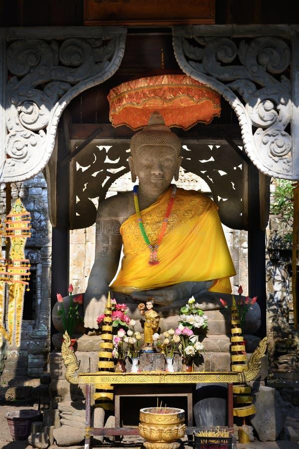 Bouddha et autel d'or dans le temple du monastère au Cambodge photos stock