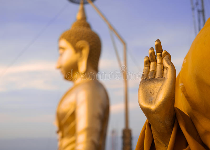 Bouddha et main d'or de prier la statue du ` s de moine bouddhiste, tigre photographie stock