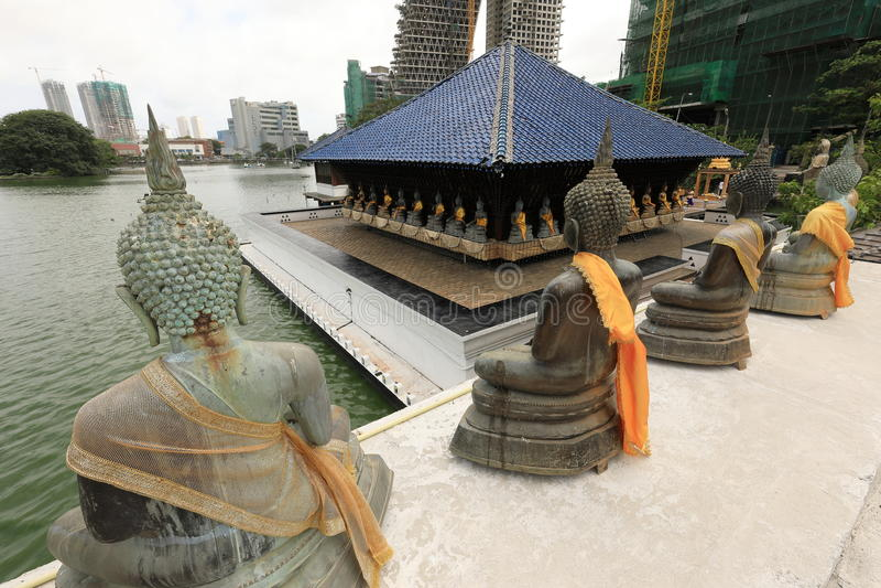 Bouddha figure dans le temple de Seema Malaka de Colombo dans Sri Lanka photo stock