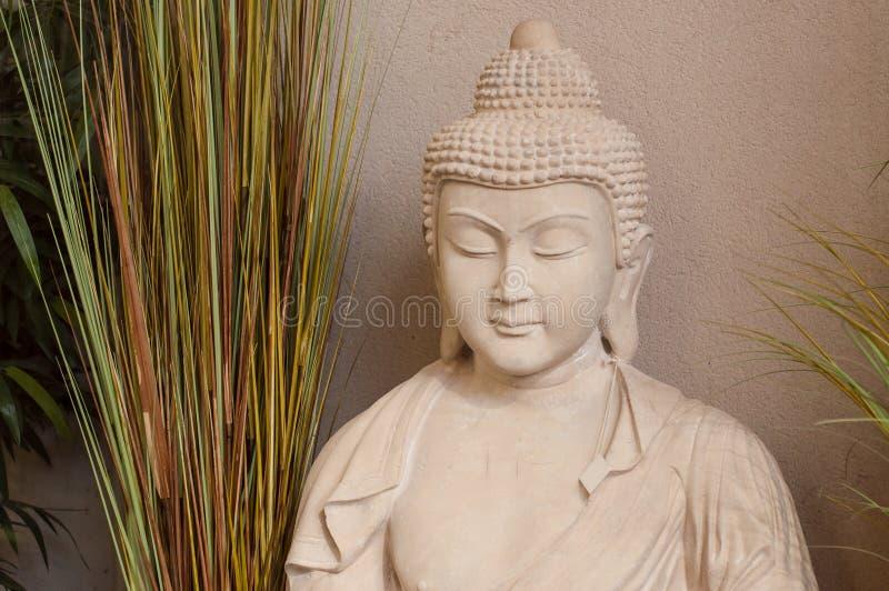 Bouddha lapidé dans le magasin de jardinage pour le decorat de sérénité photographie stock libre de droits