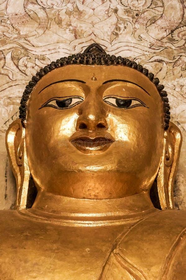 Bouddha méditant d'or fort font face avec le troisième oeil Birmanie Myanma image libre de droits
