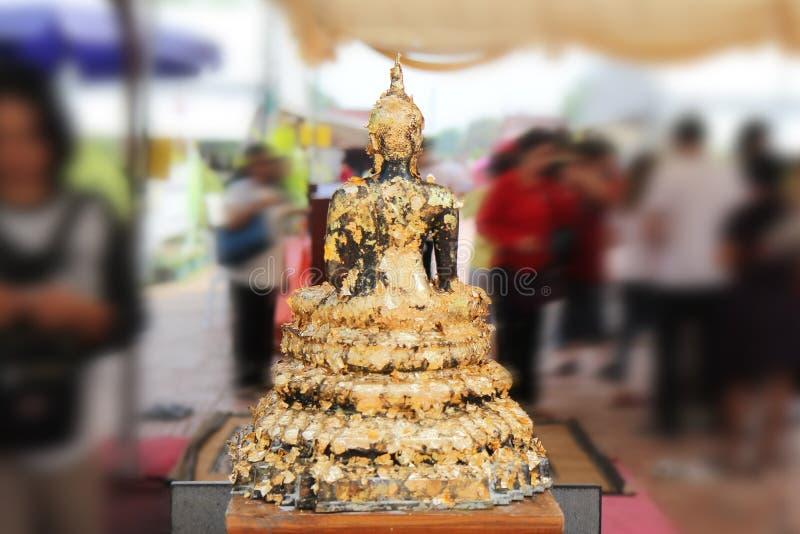 Bouddha méditant sur une étape de la base 5 de lotus Surroundi doré de mots photo libre de droits