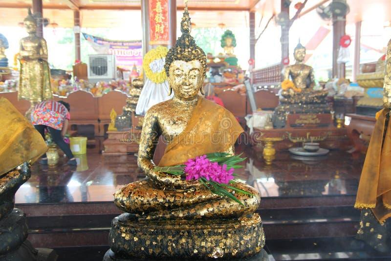 Bouddha méditant sur une étape de la base 5 de lotus Surroundi doré de mots images libres de droits