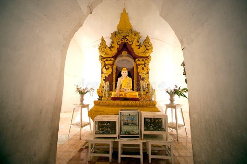 Bouddha s'asseyant dans la pagoda de Hsinbyume dans Myanmar image libre de droits