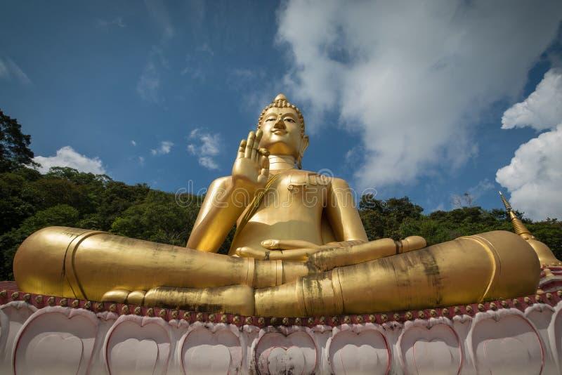 Bouddha s'asseyant géant sur le temple de colline Rang à Phuket, Thaïlande photographie stock libre de droits