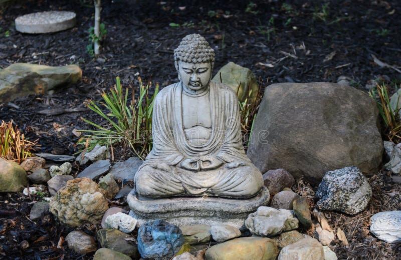 Bouddha s dans le jardin photographie stock