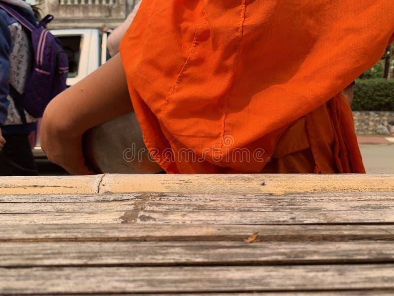 Bouddha utilisant les robes longues oranges, aumône de marche image stock
